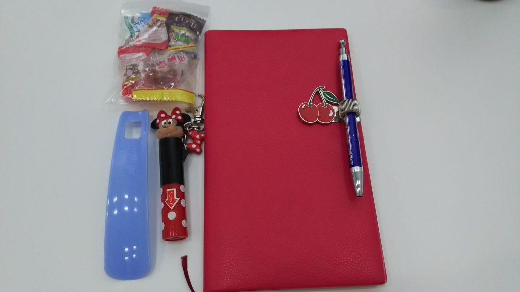 (左上から)のど飴、手帳、ミニライト、靴ベラ
