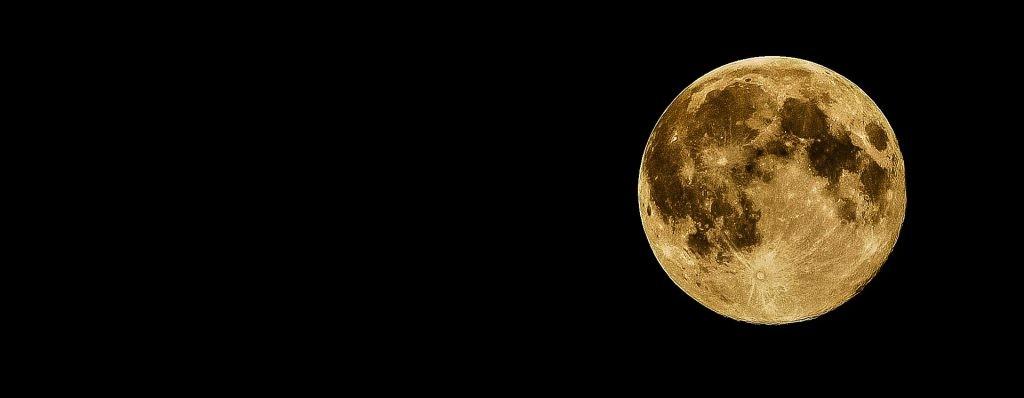 月は空高く輝いていた