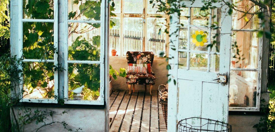 ガーデンにおいてあるソファー
