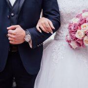 結婚式で夫婦が手をつないている