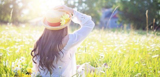 帽子を抑えている女性